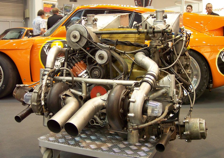 Porsche_935_Bi-Turbo_engine_TCE